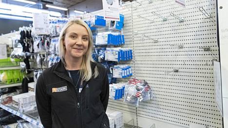 """Hyllyt ovat tyhjentyneet hengityssuojaimista Herttoniemen Starkissa. """"Olen kuullut, että myös apteekeista myydään varastot tyhjiksi saman tien"""", kertoo myymäläesimies Minna Kuusela."""