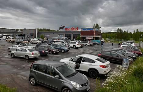 Parkkipaikka on täynnä venäläisiä autoja.