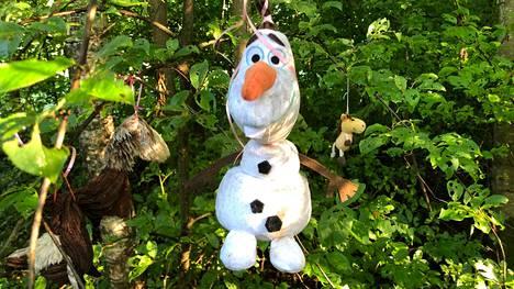 Olaf-niminen lumiukkokin on päässyt erikoiseen pehmoeläinpuistoon näytille Vantaan Ruskeasantaan.