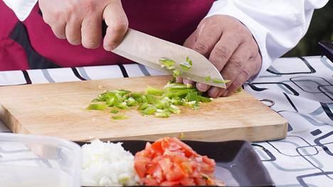 Veitsi on keittiön tärkeimpiä ruoanlaittovälineitä. Kuvituskuva.