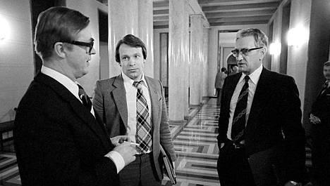 Pääministeri Kalevi Sorsa (vas.), kansanedustaja Ilkka Kanerva ja puhemies Ahti Pekkala pohdiskelevat välikysymyskeskustelun aikataulua eduskunnan käytävällä 23. marraskuuta 1978.