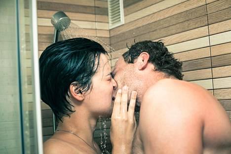 Haluaisiko hän tehdä sen suihkussa? Olettamusten sijaan kumppanin kanssa kannattaa keskustella omista mieltymyksistä.
