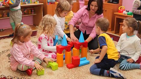 Lapsi ottaa leikin aiheet omista kokemuksistaan ja omasta arjestaan. Kuvituskuva.