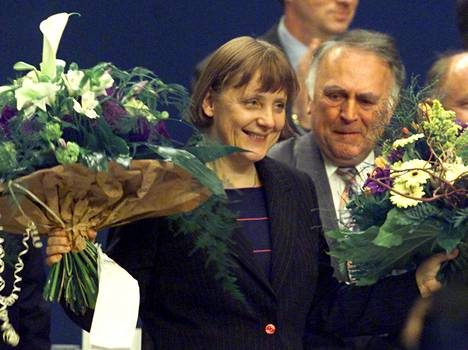 Merkel valittiin Saksan kristillisdemokraattisen puolueen (CDU) puheenjohtajaksi huhtikuussa 2000. Hän luopui puheenjohtajan tehtävistä 2018.