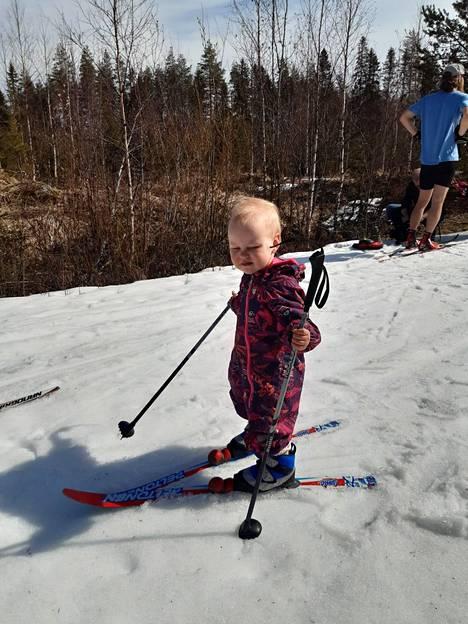 Neea Nousiainen kuului historiallisen hiihdon innokkaimpiin osallistujiin.