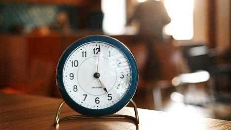 Kelloja siirretään tunnilla.