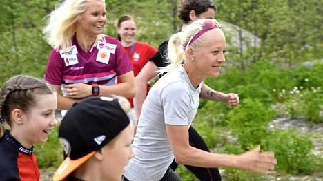 Mari Laukkanen (taustalla vas.) seurasi, kun Kaisa Mäkäräinen ampaisi matkaan Venlojen viestissä.