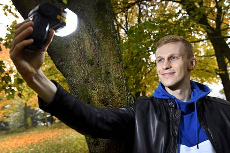 Roni Bäckin työtä on kuvata itseään videolle. Youtube-tähteä auttaa yli kymmenhenkinen tiimi, joka pitää huolta hänen asioistaan.