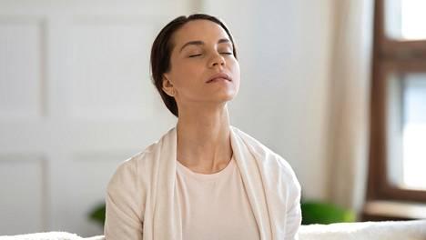 Esimerkiksi hengitykseen ja kehon eri osiin keskittyminen on tehokas tapa tyynnyttää kehoa ja mieltä.