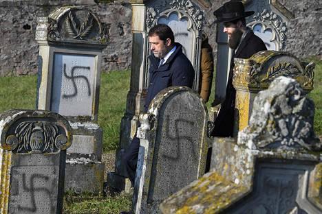 Ranskan sisäministeri Christophe Castaner vieraili hautausmaalla keskiviikkona.