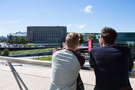 Terassilta avautuu komea näkymä muun muassa Eduskuntalolle ja Musiikkitalolle.