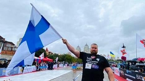 Mika Törrö rekanvedon MM-kisoissa Kiovassa.