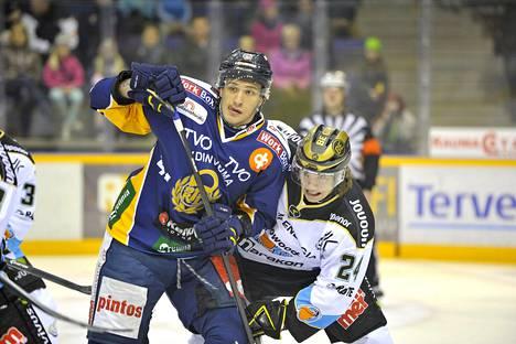 Hannes Björninen (oik.) tunnetaan hyvänä aloittajana. Tässä hän vääntää viime kaudella Lukossa pelanneen Jonne Virtasen kanssa.