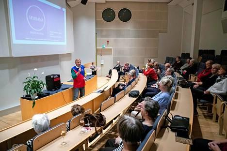 Eino Grönin esiintyminen miellyttävä yllätys vanhuksille ja ystäväpalvelun työntekijöille.