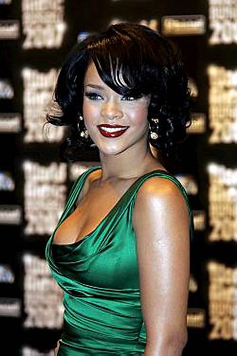 Rihanna ei päässyt serkkunsa häihin. Paljastava asu oli liikaa sukulaisille.