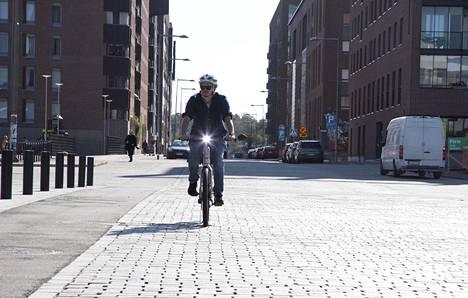 Bond-pikasähköpyörä on rekisteröity mopoksi, joten liikenteessä on liikuttava samaan tapaan kuin mopolla. Esimerkiksi kuvassa vasemmalla näkyvällä pyöräkaistalla ei saa ajaa.