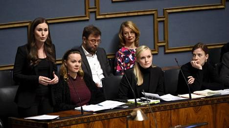 Pääministeri Sanna Marin sanoi pitävänsä todennäköisenä, että ainakin hänen oman puolueensa sosiaalidemokraattien osalta avustajien määrää lasketaan.