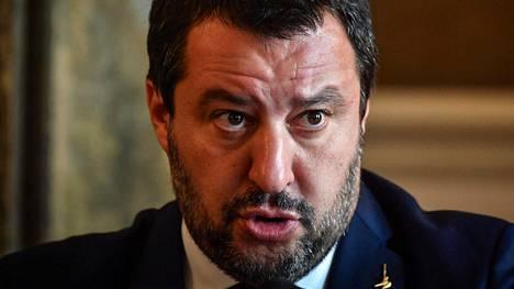 Italian varapääministeri Matteo Salvini vannoi vielä maanantaina puolustavansa Italian budjettiesitystä kuin olisi rugby-pelin aloituksessa.