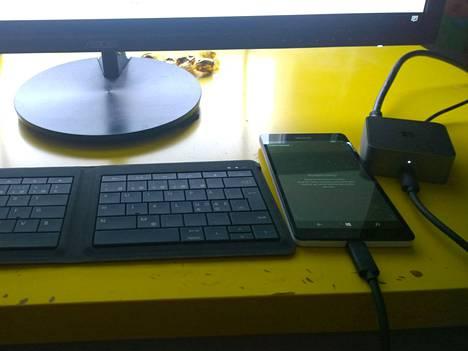 Microsoftin Foldable Keyboard, Lumia 950 XL ja Display Dock. Nämä riittävät sujuvaan Continuumin käyttämiseen.