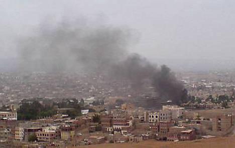 Ainakin kymmenen ihmistä sai surmansa keskiviikkona Yhdysvaltain Jemenin-suurlähetystöä vastaan tehdyissä pommi-iskuissa.