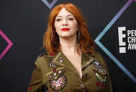 Punainen pukee kaiken ikäisiä! Tasaisen sävyinen, oranssiin taittava punainen sopii näyttelijä Christina Hendricksille täydellisesti – etenkin kirkkaan huulipunan kanssa.