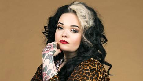 Molly Moonstone eli Saana Koskinen on burleskitaiteilija, joka on niittänyt mainetta Yhdysvalloissa asti.