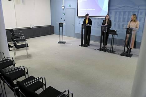 Opetusministeri Li Andersson (vas), pääministeri Sanna Marin sekä tiede- ja kulttuuriministeri Hanna Kosonen hallituksen tiedotustilaisuudessa Helsingissä 18. maaliskuuta.
