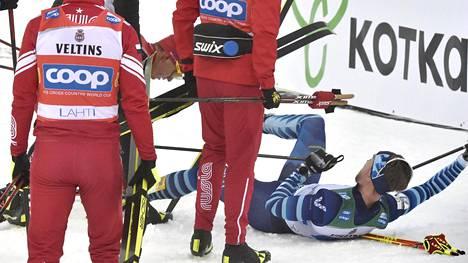 Joni Mäki lensi nurin Aleksandr Bolshunovin yllätystaklauksen voimasta.
