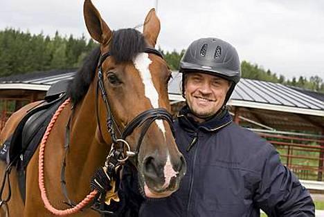 Oskari Katajiston hevonen jätti kavionjälkensä näyttelijän reiteen.
