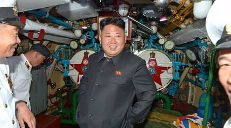Kim Jong-un tarkasti kesäkuussa sukellusveneen.