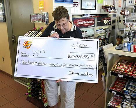 Denise Metzgerin kaupassa myytiin yksi kolmesta voittolotosta. USA:n historian suurin lottopotti 640 miljoonaa dollaria jaettiin kolmeen osaan viikonlopun arvonnassa. Mezgerin liike sijaitsee Red Budissa Illinoisissa.
