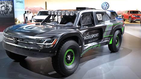 Volkswagen Atlas Cross Sport R Baja Race Truck mainostaa uutta katumaasturia, joka häämöttää punaisena auton takana.