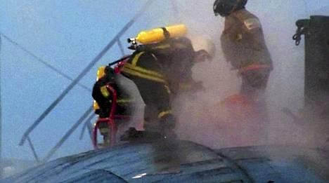 RTR-televisiokanava näytti kuvaa palomiehistä ydinsukellusveneen kannella.