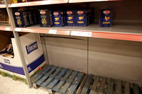 Makaronihylly oli tyhjä myös K-Citymarketissa.