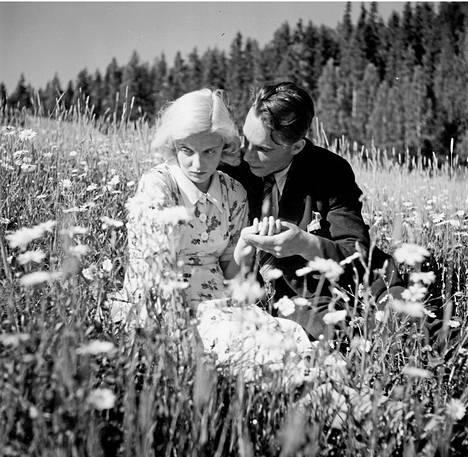 Linnanheimo ja Kille Oksanen Teuvo Tulion ohjaamassa Nuorena nukkunut-elokuvassa.