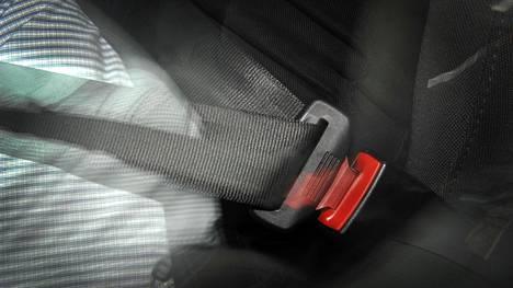 Tekniikan Maailman tekemässä testissä kolmessa Volkswagen-konsernin automallissa vasemman takamatkustajan turvavyö avautui toistuvasti. Kuvituskuvaa ei ole otettu jutussa mainituista automalleista.