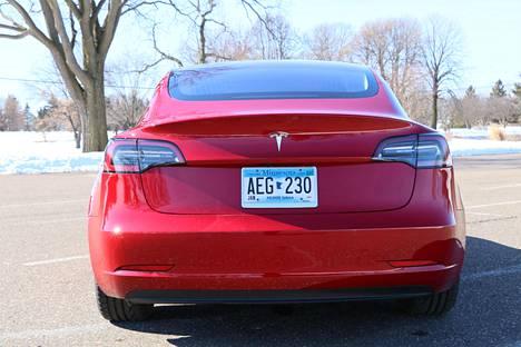 Myös takaa katsottuna Tesla Model 3 edustaa merkille tunnusomaista muotoilua.