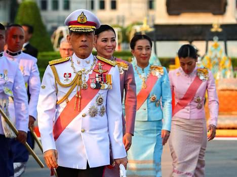 Kuningas Maha Vajiralongkorn ja taustalla kuningatar Suthida. Takana kuninkaan tyttäret aiemmista liitoista, prinsessat Bajrakitiyabha ja Sirivannavari Nariratana.