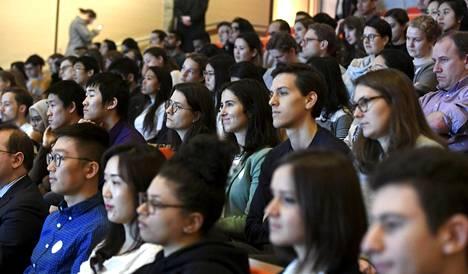 Yleisö seuraa Sanna Marinin luentoa.