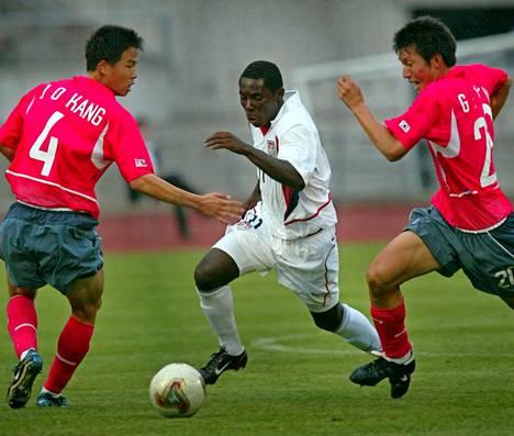 Freddy Adu oli kesällä 2003 nuorten MM-kisoissa pysäyttämätön. Tässä hän karkaa Etelä-Korean puolustajilta.