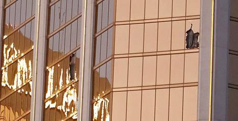 Rikkoontuneet ikkunat kertovat illan tragediasta.