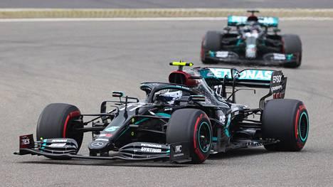 Valtteri Bottas (edessä) joutui antautumaan Lewis Hamiltonille Nürburgringin GP:n 13. kierroksella.