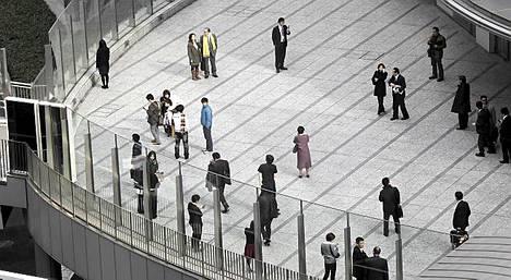 Tokion Shiodomen alueella toimistotyöntekijät pakenivat järistystä rakennuksesta ulos.