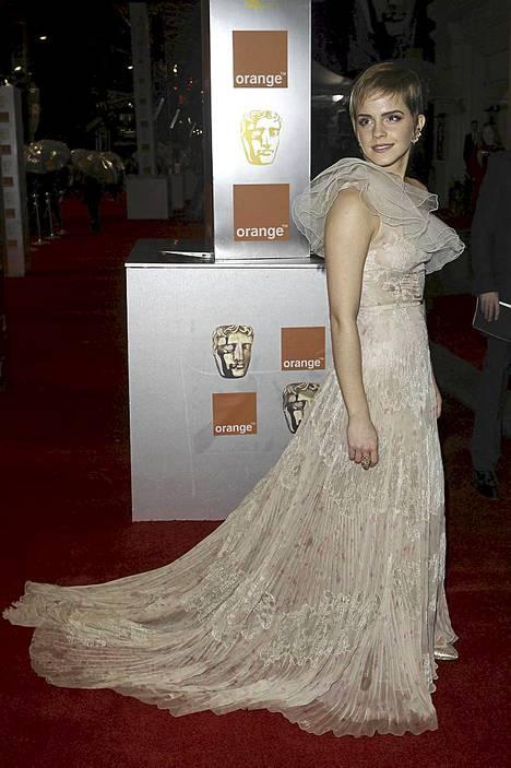 Emma Watson keräsi Orange British Academy Film Awards -gaalassa katseita kauniilla pitsipuvullaan.