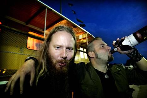Hynynen ja CMX:n A.W. Yrjänä Tuuliajolla -kiertueen tunnelmissa vuonna 2006.
