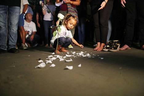 Kolmevuotias pikkulapsi oli mukana muistelemassa venepalon uhreja Santa Monicassa, Kaliforniassa.