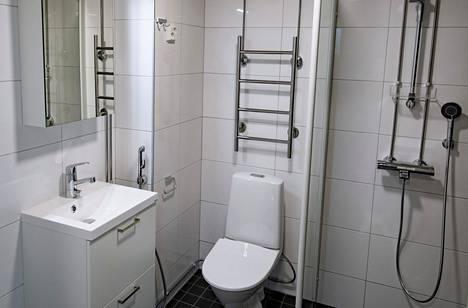 Asiantuntijan mukaan hyvä myyntiremontti kylpyhuoneeseen voi olla muun muassa sellainen, jossa huoneeseen tulee klassinen valkoinen kaakelointi ja esimerkiksi ruutukaakelilattia mustilla saumoilla.