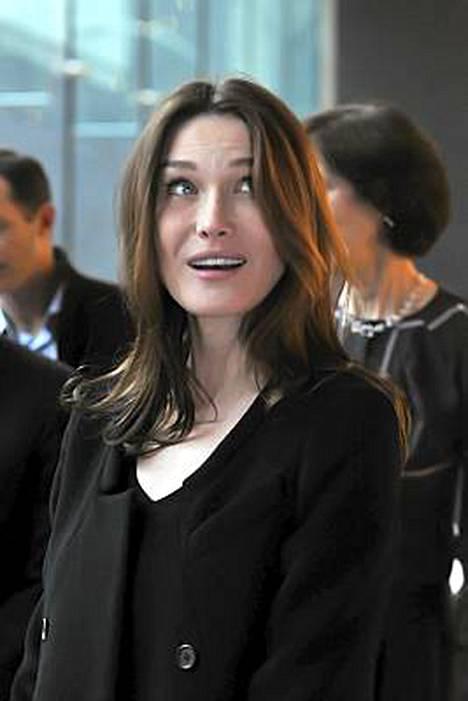 Huippumalli ja laulaja Carla Bruni kokeilee siipiään näyttelijänä.