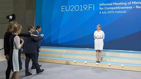 Elinkeinoministeri Katri Kulmuni odotteli ministerikollegoitaan perhekuvaan torstaina Finlandia-talolla.