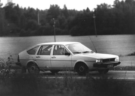 Kaappaaja panttivankeineen pakomatkalla pankinjohtajan autolla.